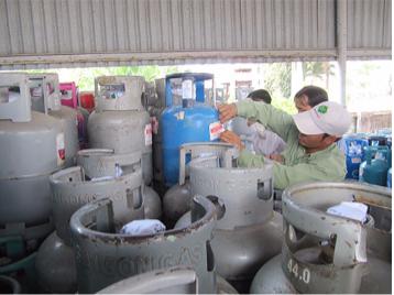 Cơ quan chức năng tịch thu hàng trăm bình gas lậu trên địa bàn quận 12, TP HCM